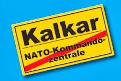 Ortsschild »Kalkar« und  durchgestrichen: »NATO-Kommandozentrale«.