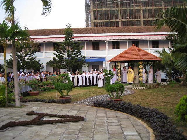 Thánh lễ khai mạc Năm Thánh mừng 500 năm sinh nhật thánh nữ Têrêsa Avila và nghi thức Tuyên khấn lần đầu tại Đan Viện Carmel Nha Trang.