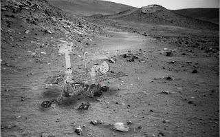 Imagen compuesta que ilustra cómo se ve probablemente Spirit, atascado en el cráter Gusev
