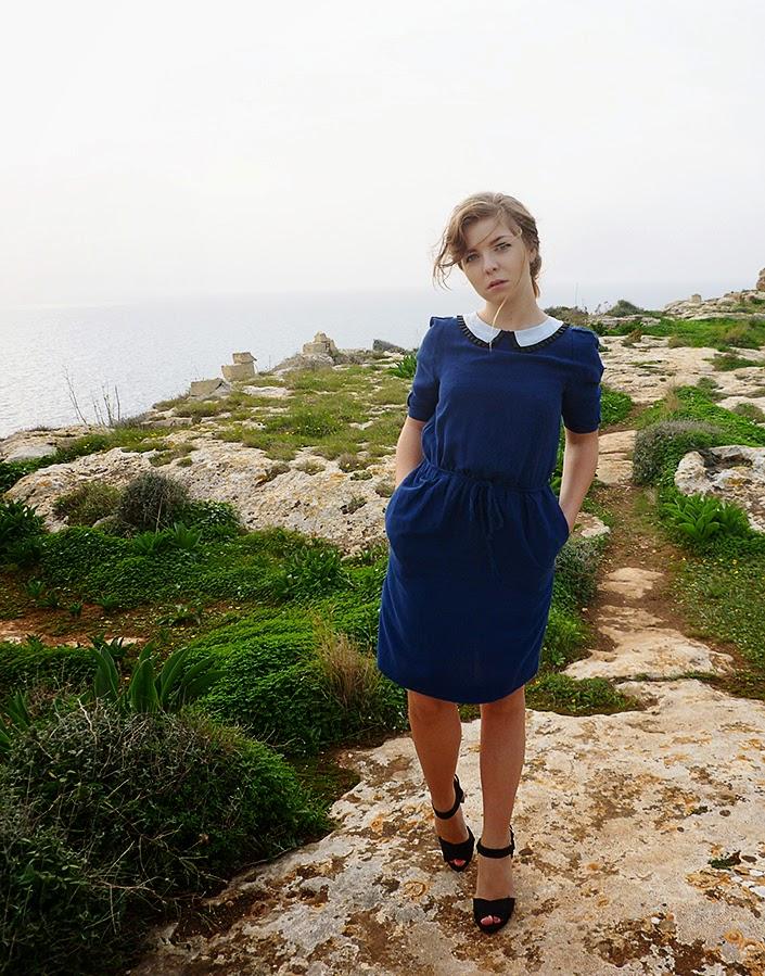 idée de tenue, robe à col claudine, falaises de Sannat, paysage Malte Gozo, assortir une robe bleue