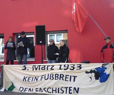 Podium mit Transparent: »3. März 1933. Kein Fußbreit den Faschisten«