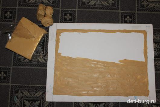 На основу тонким слоем выложить пластилин