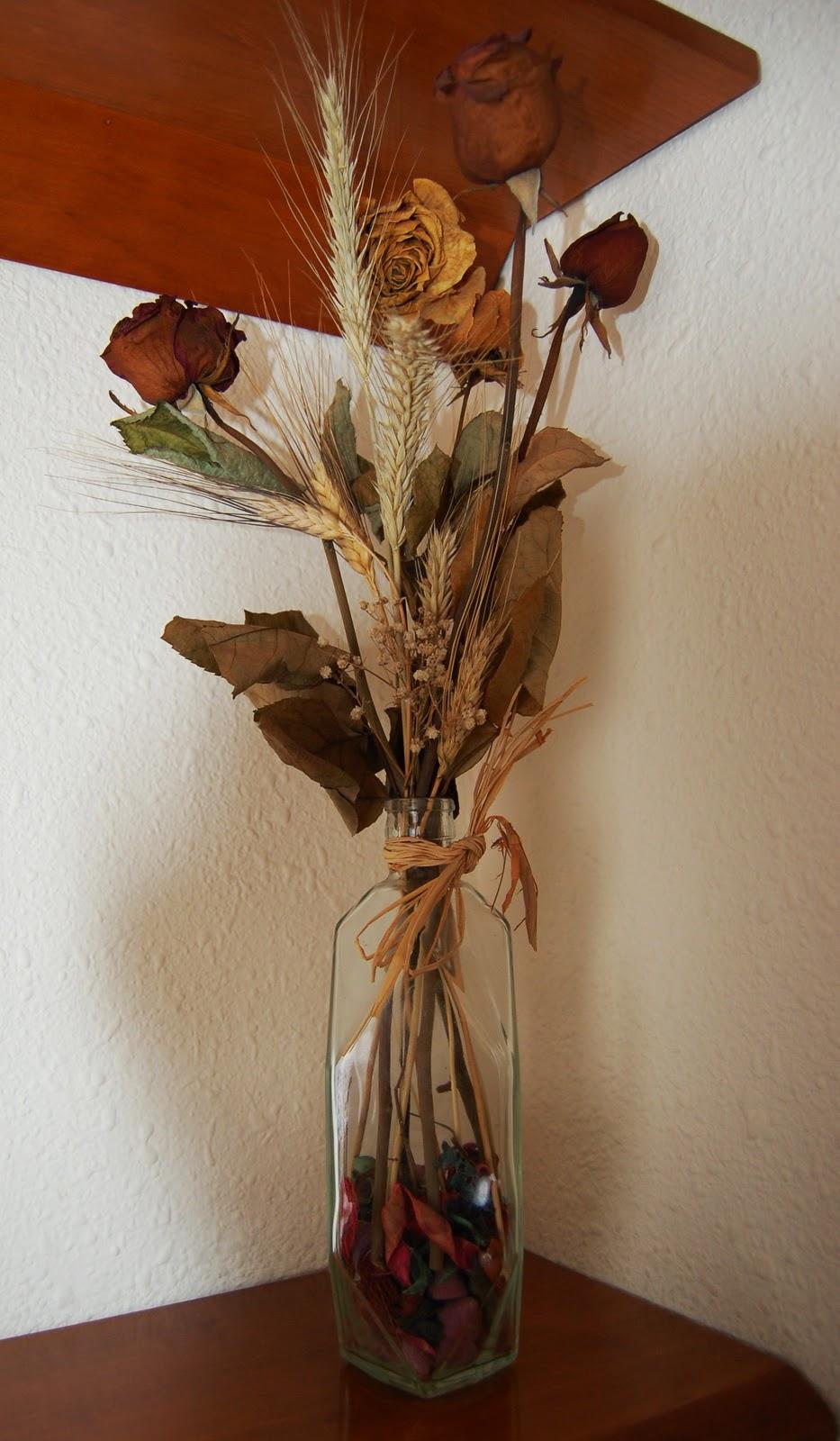 con una botella de licor y las rosas de sant jordi secas ya tenis un jarrn para decorar cualquier rincn de vuestro saln o recibidor
