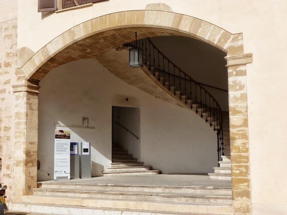 Entrada y escalera elíptica del siglo XIX.