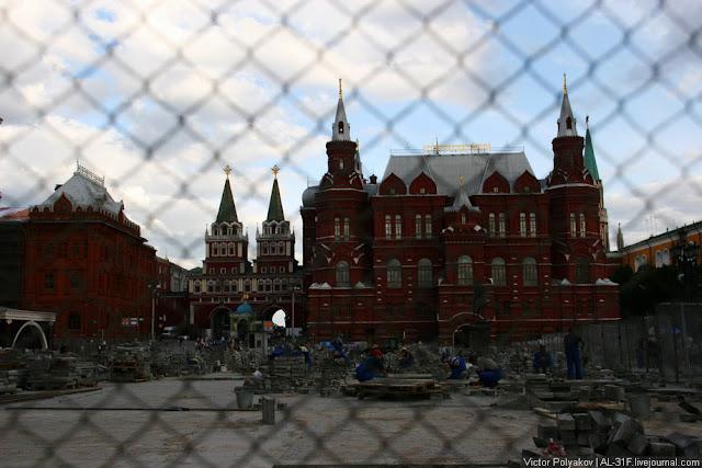 Москва - прозрачные заборы и тротуарная плитка