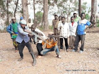 Les éléments d'un groupe d'autodéfense populaire de Lemera dans les moyens plateaux d'Uvira, à Mulenge, Sud-Kivu  année 2012. Radio Okapi/Ph. Fiston  NGOMA