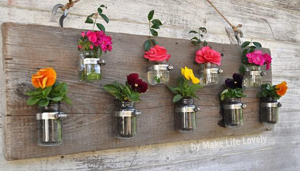 Flores em potes de vidro