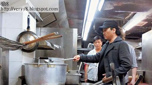 學煲湯 <br><br>湯底是火鍋店的靈魂,古佬進入廚房後,第一時間檢查湯底,並由廚師在旁講解煲湯竅門。