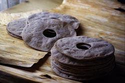 Pettuleipä oftewel bastbrood bovenop gedroogde boombast