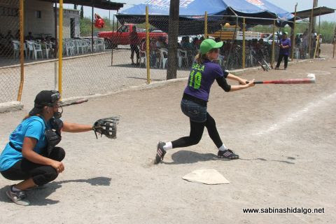 Isela Pérez de Rebeldes en el softbol femenil del Club Sertoma
