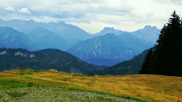Ausblick beim Abstieg von der Bergstation Hörnerbahn auf Kratzer Mädelegabel. Allgtäu
