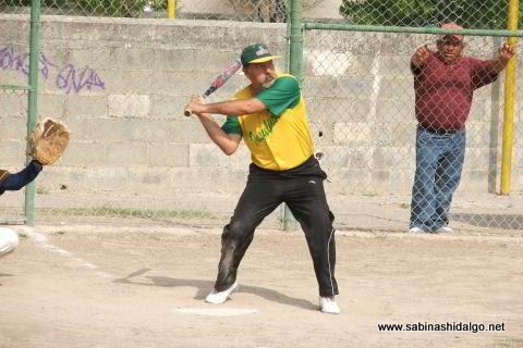 Juan Omar Hernández bateando por Insulinos en el softbol de veteranos