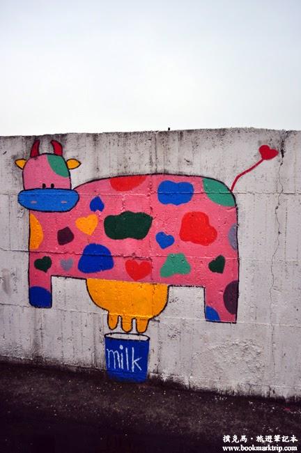 福寶乳牛彩繪村正在擠奶的乳牛