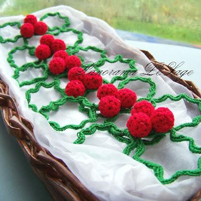 ostrokrzew serwetnik rękodzięło artystyczna ozdoba świąteczna na stół choinka jagody panorama lesage ozdoba świąteczna szydełkowa szydełko