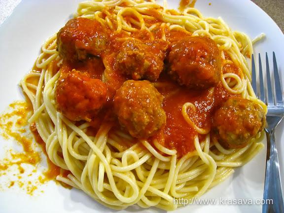Спагетти с томатным соусом и мясными фрикадельками
