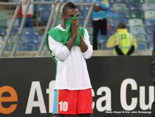 Avant la fin du match RDC-Mali : 1-1, le médiateur congolais, Matumona Zola Roum en émoi, versant des larmes face à l'inévitable élimination de son équipe. Radio Okapi/ © Don John Bompengo