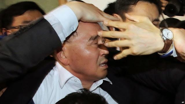韓国チョン・ホンウォン首相、不明者遺族から水入りペットボトルを投げつけられる