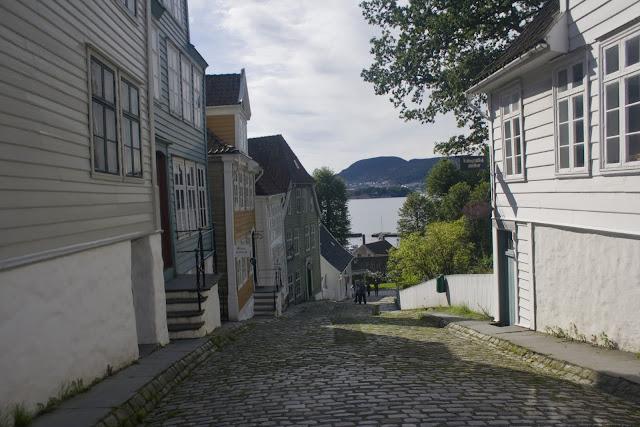 Una de las calles de Gamle Bergen, panaderías, droguerías, talleres...
