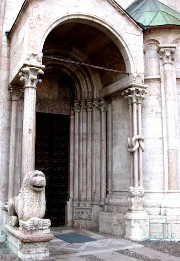 Een poort in de kathedraal
