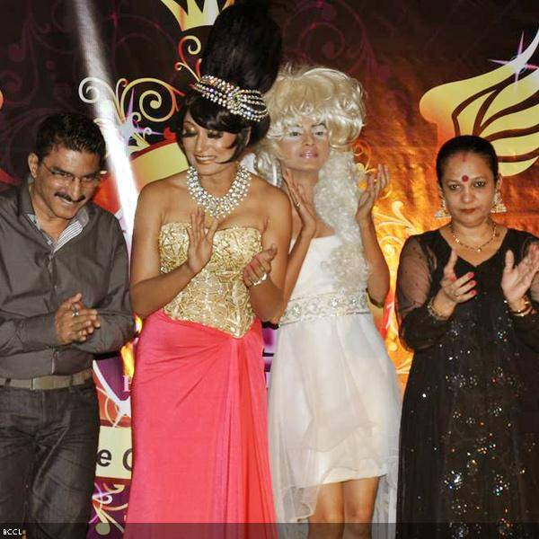 Bharat and Dorris Godambe pose with models during their wedding show, held in Mumbai. (Pic: Viral Bhayani)