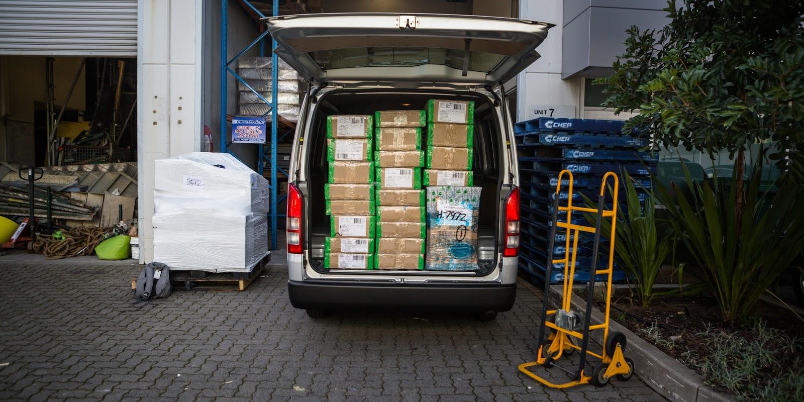 Hàng hóa có thể chở được bao la bát ngát với chiếc Toyota HiAce 2016