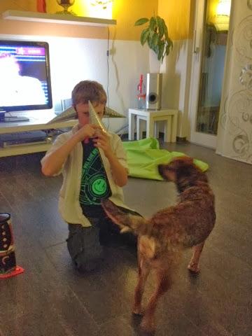 Border Terrier Charly staunt über den Ausserirdischen Alexander