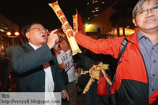直屬深圳統戰部的高達斌(左)是愛港之聲的背後主腦人物,經常走上前線挺梁振英,在現場指揮成員行動。