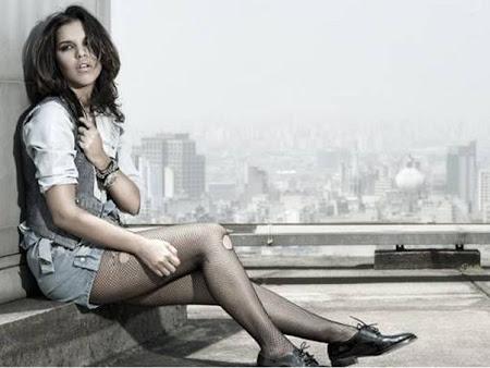 Mariana Rios de meia-calça rasgada