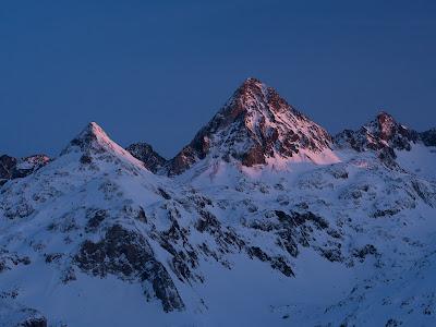 Últimes llums sobre l'estètica piràmide del Llena Cantal