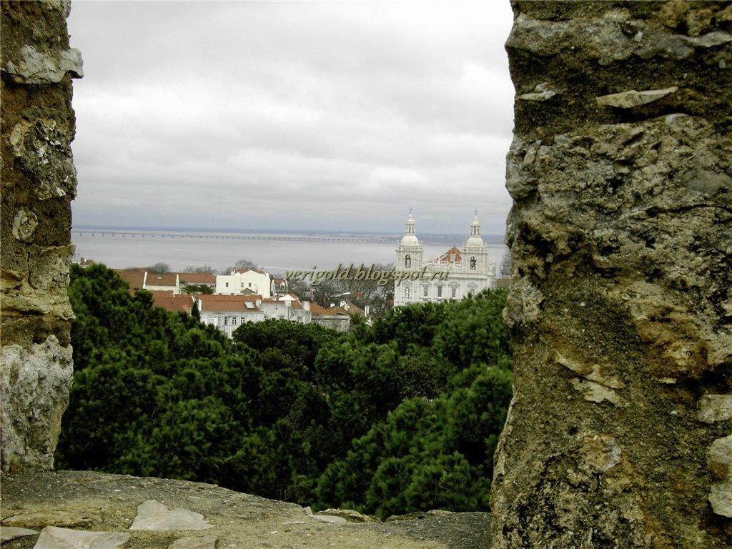 Вид на Сан Висенте де Фора со стен Замка Святого Георгия
