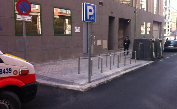 Aparcamiento de bicicletas en la calle Bustamante. Madrid