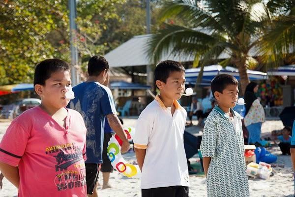 adik beradik koning menyertai acara bawa bola ping pong dengan sudu