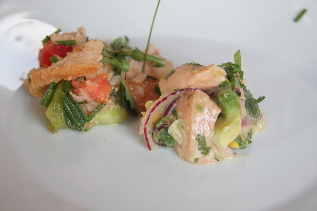 Lachs und Makrelen Ceviche mit Tomaten, Brotsalat und wilden Sommerkräutern