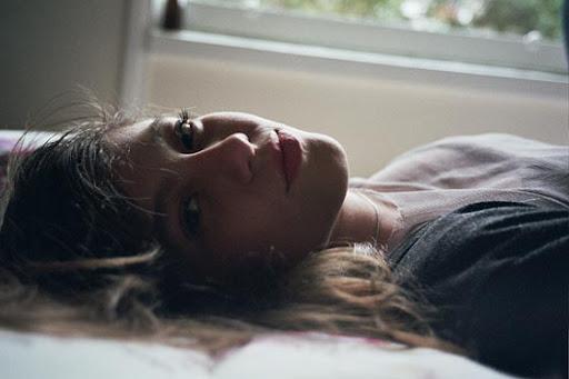 foto de una mujer por la mañana