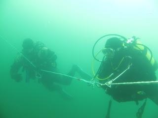 Dos miembros de Gemosclera durante la inmersión del domingo