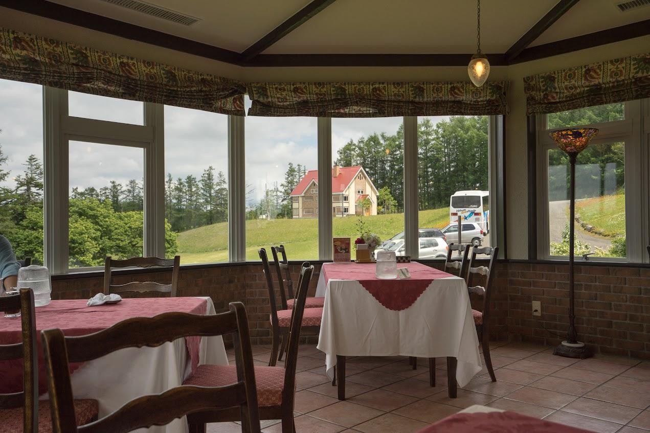 スイスのような風景が一望できるテーブル席