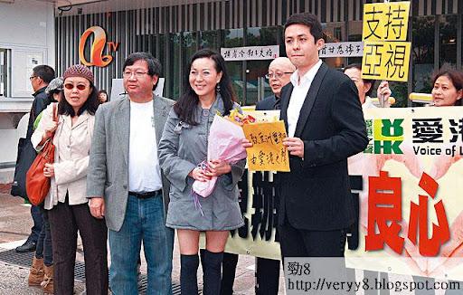 高達斌(左二)今年組織一班維園阿伯成立愛港之聲,其中一個出位搞作,是高調力撐亞視反對發電視新牌照的行動。(《蘋果日報》圖片)
