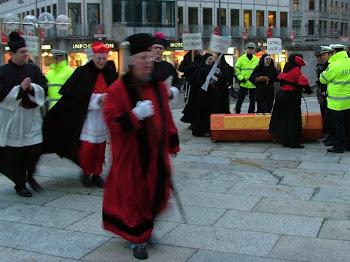 Klerus und Kampfnonnen. Menschen mit karnevalistisch anmutenden Verkleidungen.