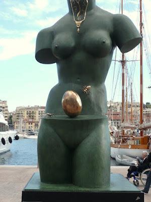 statue Dali