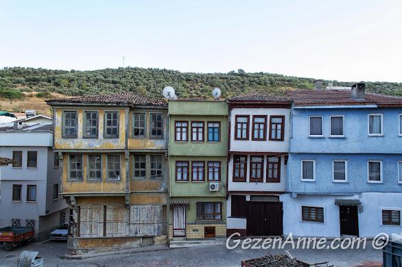 Bursa Trilye'de eski Rum evleri tarihin yorgunluğu ile eğilmişler, birbirlerine yaslanmışlar