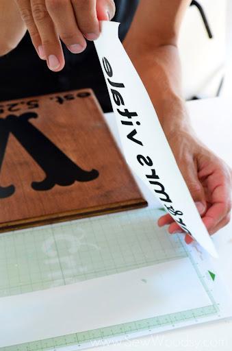 DIY Wedding Monogram Sign from SewWoodsy.com #cricut #wedding #DIY #craft