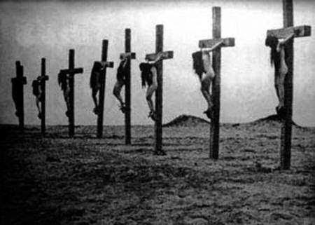 Mulheres crucificadas durante o Genocídio Armênio. Fotografia: autor desconhecido.