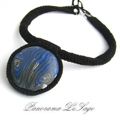 Naszyjnik szydełkowy z wisiorem z masy fimo w szydełkowej oprawie Biżuteria szydełkowa Panorama LeSage