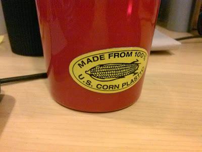 plastik z kukurydzy uformowany w postać kubka