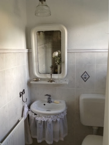 vertraeumtes stadthaus alter spiegel im wc. Black Bedroom Furniture Sets. Home Design Ideas