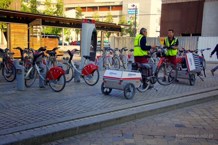 Stacja dokująca roweru publicznego i... serwisująca go obsługa (rowery z przyczepkami)