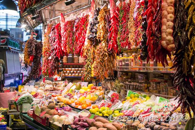 La Boqueria pazarında meyve sebze tezgahları, Barselona
