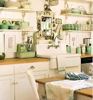 cocina blanco y verde agua con alacenas y espejo