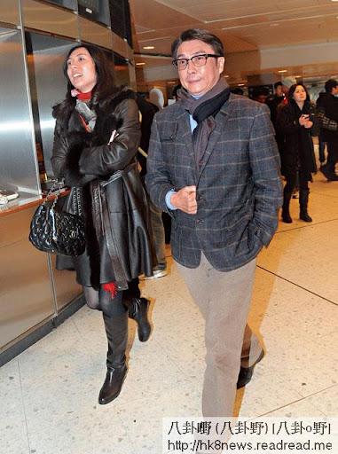 見記者硬軚 <br><br>今年初,劉松仁被女伴挽住手步入沙田馬場,一見記者即時縮手,劉強裝鎮定,緊咬雙唇,右手握實褸邊。