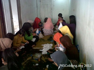 peserta sekolah ibu lebak gede sedang praktik keterampilan sulam pita